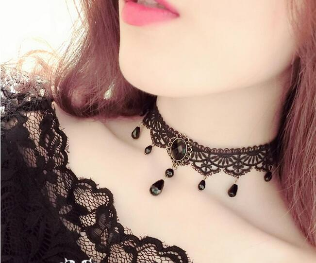 Victorian choker feature